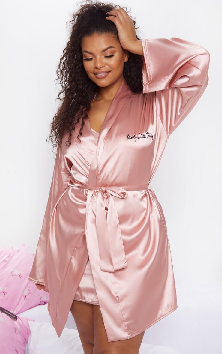 PLT Plus - Robe de chambre rose pâle satinée PrettyLittleThing